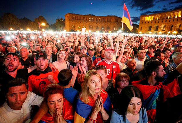 Вечер голосования 1 мая. Площадь Республики в Ереване