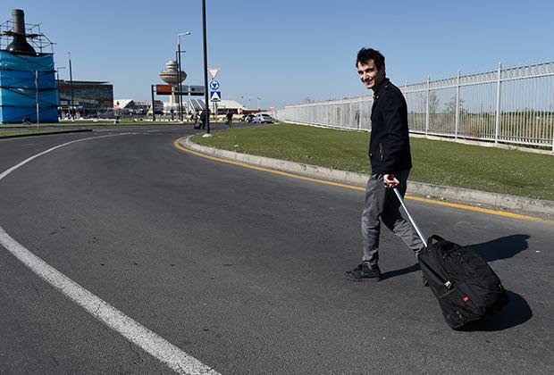Тигран Амасян пешком добирается в аэропорт