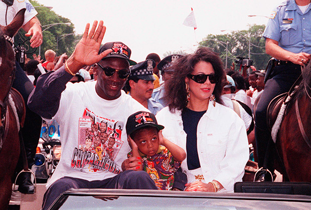 Главным спортсменом десятилетия был Майкл Джордан, получивший прозвище Его Воздушество. Именно в 90-е по-настоящему культовыми стали кроссовки Nike Air Jordan, а в России весьма популярны были бейсболки и футболки с символикой его команды Chicago Bulls.
