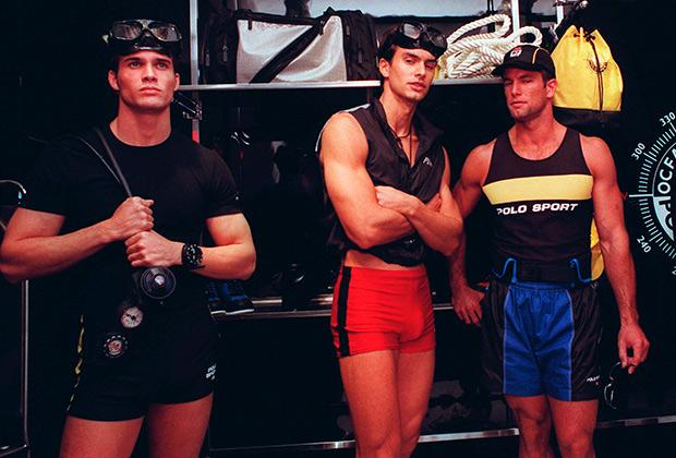 Всеобщее увлечение активным образом жизни и спортом заставило модные бренды выйти на доселе неизвестную им территорию спортивной одежды. Тот же Ральф Лорен запустил линейку Polo/Sport, в которую входила одежда для серфингистов, пловцов и даже аквалангистов.