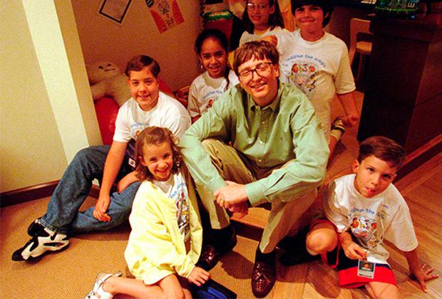 Рубашка и брюки — максимум официоза, который мог позволить себе Билл Гейтс. Дорогие пиджаки и галстуки остались в эпохе яппи, в 90-е миллиардер предпочитал исключительно smart-casual.