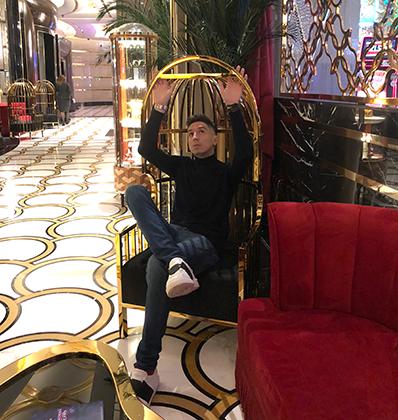 Шик-модерн окружает гостей казино повсюду. В душу лезет радость, на сердце в несколько слоев ложится премиальность. Как тут не соблюдать дресс-код (вот так).