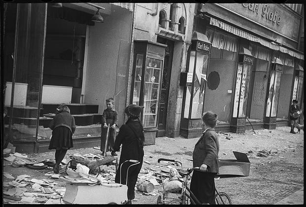 В немецком городе, взятом Красной армией. Германия, 1945.