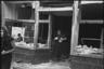 Местные жители грабят магазин после обстрела. Данциг, 1945.