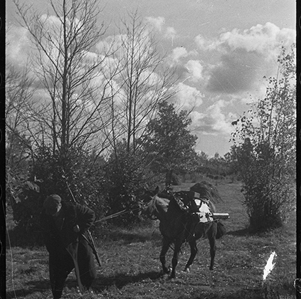 Партизаны с пулеметами на высоте. Ленинградская область, 1942.