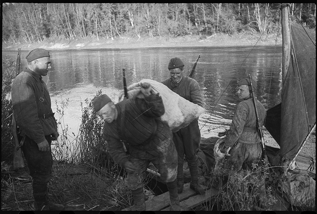 Доставка боеприпасов и продовольствия. Фельдшер помогает бойцам. Город Лиски, Калининский фронт, 1943.