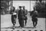 Советские воины беседуют с местными жителями. Восточнее Воронежа, 1943.