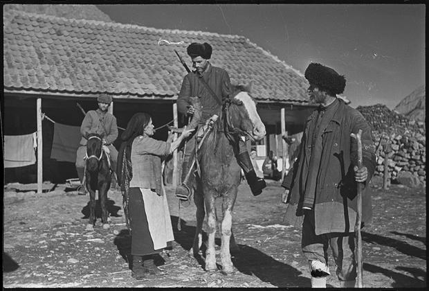 Партизан П. прощается с родными перед выступлением в поход. Северная Осетия, 1942.