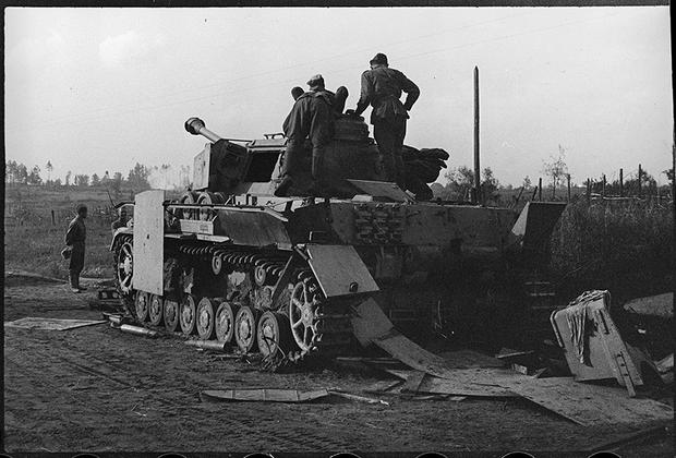 Захваченный нашими войсками немецкий танк. Брянский фронт, 1943.