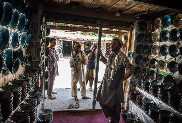 Главная улица деревни Исталиф усеяна лавками, в которых гончары продают свои работы. 30 июня 2016 года.