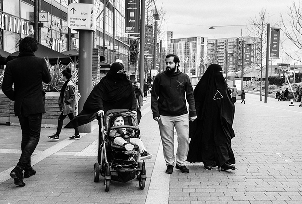 По признанию автора, на протяжении съемок в Лондоне его не оставляла мысль о городе как единстве непохожих. На фото — семья, прогуливающаяся по району Уэмбли.