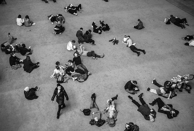Посетители галереи современного искусства Tate Modern. Галерея находится в помещении бывшей электростанции на южном берегу Темзы. Март 2017-го.