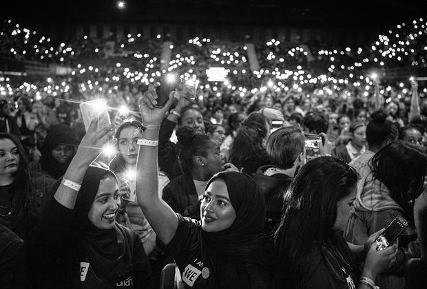 В Лондоне уживаются различные традиции, порой в корне противоречащие друг другу на уровне идеологий. На фото — участники крупной благотворительной акции WE Day, объединяющей тысячи молодых людей, заряженных позитивной энергией и настроенных развивать мир без границ. Март 2017 года.