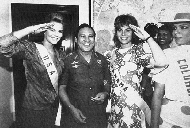 Панамский лидер в окружении мисс США и мисс Панама в июле 1986 года