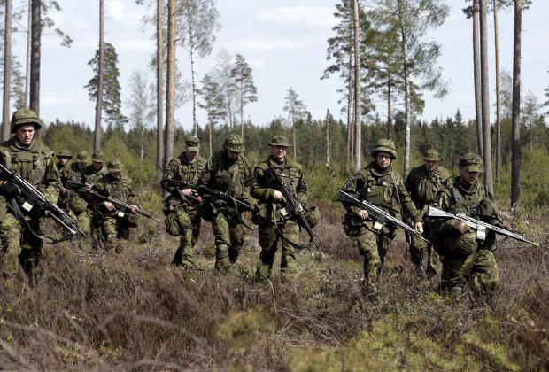 Эстонские солдаты принимают участие в военных учениях НАТО Hedgehog на полигоне Тапа в Эстонии
