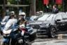 Если президенты России без тени смущения уже много лет прибывают на инаугурацию в немецком Mercedes-Benz, то все абсолютно президенты Франции передвигались исключительно на французских машинах, пусть и сделанных по особому заказу. В частности специально для инаугурации Макрона компания Peugeot-Citroen построила гибридный кроссовер DS 7 Crossback с огромным люком, чтобы во время проезда по Парижу новый президент мог приветствовать собравшихся.