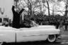 Традиция после инаугурации приветствовать публику из кареты, а затем и из автомобиля до убийства Кеннеди была распространена и в США. Причем за океаном также использовали кабриолеты, хотя инаугурация в Америке проходит в январе, а не летом, как во Франции. На фото Дуайт Эйзенхауэр машет собравшимся из салона новейшего Cadillac Eldorado, 1953 год.