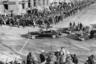 До роковых выстрелов в Далласе еще два года, а значит, ничто не мешает Джону и Джеки Кеннеди наслаждаться солнцем январского дня 1961 года с заднего сиденья открытого Lincoln Cosmopolitan. В конце 50-х Cadillac уступил Lincoln право строить автомобили для президента.