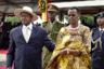 Но президенты и их инаугурации — это не только американская и французская, но и африканская традиция. И тут все куда интереснее. Например, правящий в Уганде с 1986 года Йовери Мусевени прибыл на свою вторую инаугурацию в 2016 году в костюме и широкополой шляпе, а его жена Жанет щеголяла в национальной накидке с леопардовым принтом. Дополняли образ Жанет Мусевени массивные украшения.