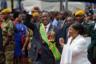 В Зимбабве крупные украшения предпочитает не первая леди, а сам президент Эммерсон Мнангагве по прозвищу Крокодил, сменивший Роберта Мугабе после 37-летнего правления. Правда, по долгу службы: цепь, звезды и орден являются символами президентской власти. А вот его жену Оксилию зимбабвийцы даже покритиковали за слишком скромные белый пиджак и юбку.
