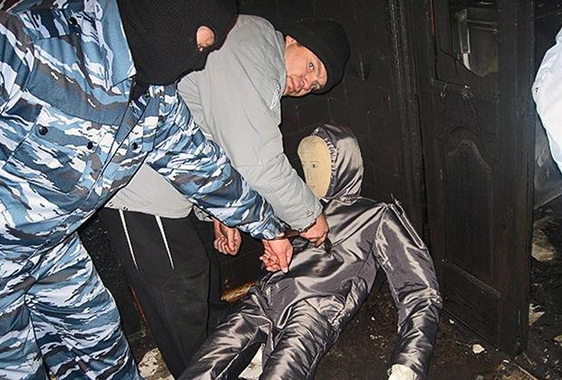 Сергей Цапок (в центре) во время следственного эксперимента показывает, как убивал Сервера Аметова