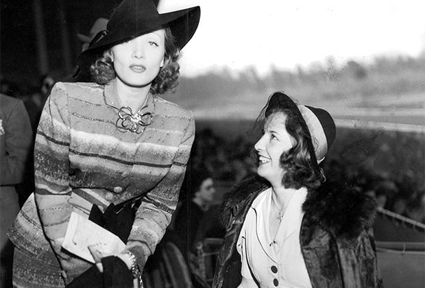 Актрисы Марлен Дитрих (слева) и Барбара Стэнвик на скачках в Санта-Аните (США, 1930-е годы)