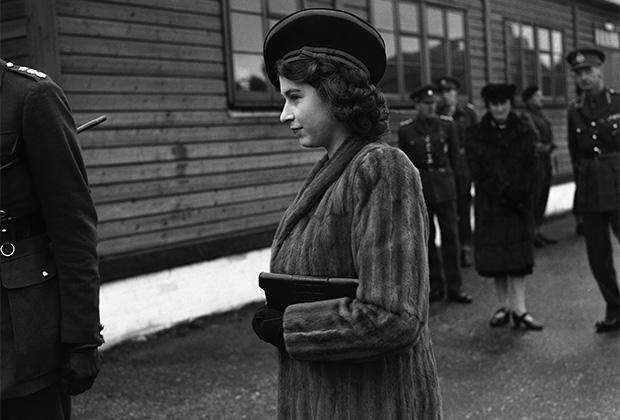 Будущая королева Елизавета II в санитарной машине (апрель 1945 года)
