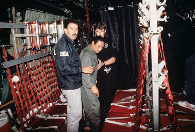 3 января 1990 года Норьега сдался американцам и отправился в тюрьму во Флориду