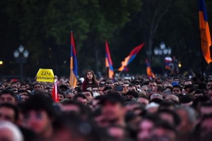 Армянские школьники добились отставки не пустившей их на митинги директора