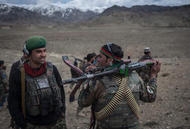 Некоторое время Пономарев провел с афганскими военными, которых обучают американцы. Однако дисциплина и соблюдение жестких норм не для афганцев: им выдают оружие и форму, но одеваться по уставу они категорически не хотят. Когда фотограф вместе с американцами наведался на афганскую базу, ворота оказались открыты, а местные военные никак не реагировали на гостей и продолжали завтракать.