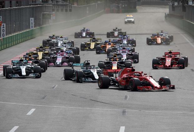 Длина главного прямого отрезка на бакинской трассе — 2,1 километра. Это самая длинная прямая во всей «Формуле-1», она занимает более трети всей протяженности трека.