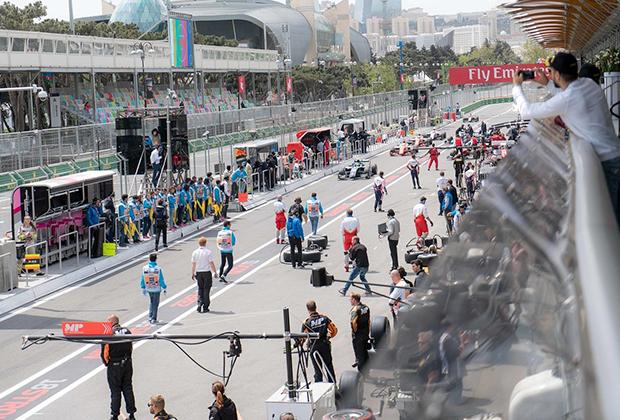 Все мероприятия на Гран-при строго разграничены по времени — погулять по пит-лейн, когда заблагорассудится, нельзя.