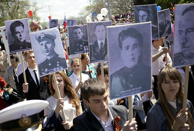 Участники акции «Бессмертный полк» во время празднования 70-летия Победы в Великой Отечественной войне 1941-1945 годов в Севастополе