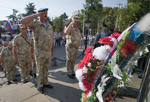Возложение цветов к Долгоруковскому обелиску во время акции «Бессмертный бастион» в Симферополе
