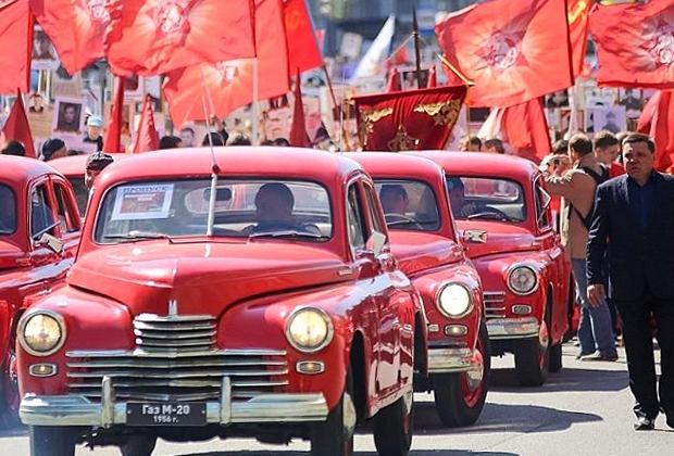 Памятную колонну в Челябинске возглавили красные автомобили «Победа». Теперь у местного «Бессмертного полка» появился новый символ— штандарт Танкограда