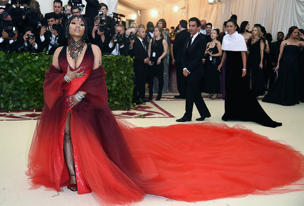 Ники Минаж и 50 оттенков красного. Платье певицы могло похвастать одним из самых длинных на церемонии шлейфов. В дополнение к нему она надела драгоценности Tiffany & Co.: несколько массивных бриллиантовых браслетов и кольца с ярко-красными рубеллитом и шпинелью.