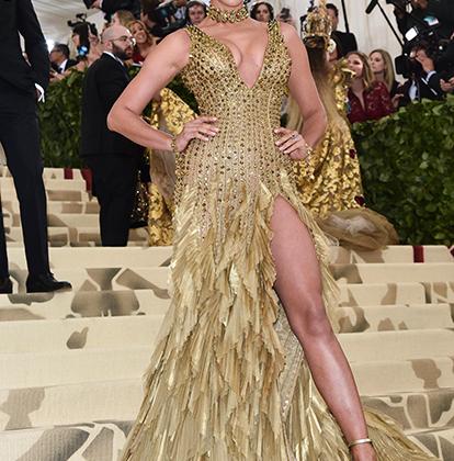 Наши в городе: золото, перья, декольте и разрезы — Ирина Шейк добавила церемонии московского гламура. Платье сшили в Atelier Versace, что объясняет его явную стилевую отсылку к нуворишеской роскоши российских 1990-х.
