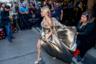 Свобода самовыражения авторов платья Жасмин Сандерс (это, кстати, были дизайнеры из недорогого H&M) несколько ограничивала свободу передвижения самой модели.
