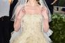 Актриса Кейт Босуорт давно замужем, но образ невесты на выданье (в платье традиционно «свадебного» бренда Oscar de la Renta) ей к лицу.