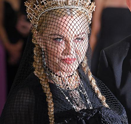 Если вы забыли, что когда-то Мадонну называли королевой поп-музыки, то она готова напомнить. Корона из крестов и вуаль создали образ вдовствующей императрицы.