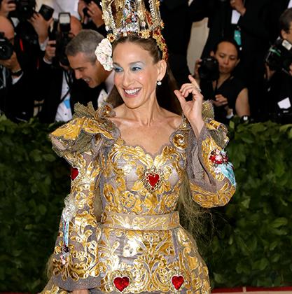 Звезда «Секса в большом городе» стала проблемой для фотографов церемонии: уместить в кадр ее платье Dolce & Gabbana Alta Moda и тиару оказалось непростой задачей. Зато с тем, чтобы впихнуть в похожую на золоченую дарохранительницу тиару рождественский мини-вертеп, проблем не возникло.