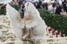 Певица и автор песен Кэти Перри в золотом платье Versace и ботфортах на шпильке показала, что на самом деле означает выражение «распустить перья». Из-за накладных крыльев она чуть не опоздала на бал: они не помещались в обычный автомобиль.