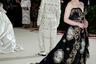 Звезда сериала «Игра престолов» Эмилия Кларк впечатлила всех длинным старомодным платьем, украшенным принтами по мотивам барочных фресок. Такое можно и в сериале использовать.