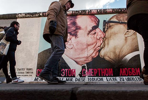 Сохранившийся кусок Берлинской стены, изображающий поцелуй генерального секретаря ЦК КПСС, Председателя Президиума Верховного Совета СССР Леонида Ильича Брежнева и Генерального секретаря ЦК СЕПГ, Председателя государственного совета ГДР Эриха Хонеккера