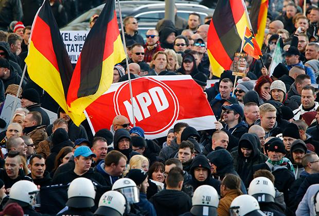 Сторонники ультраправого движения ПЕГИДА, «Патриотические европейцы против исламизации Запада» на марше в Кельне