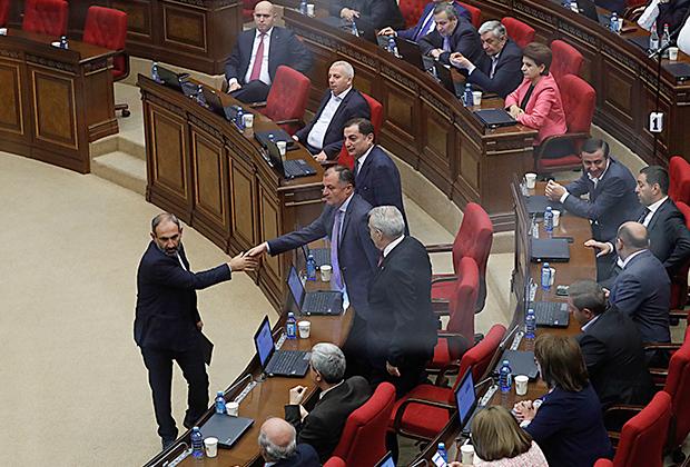 Никол Пашинян принимает поздравления после избрания его премьер-министром