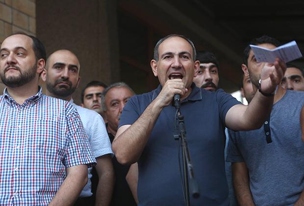 Никол Пашинян (в центре) во время проведения акции в поддержку вооруженной группы, захватившей здание полка патрульно-постовой службы в Ереване