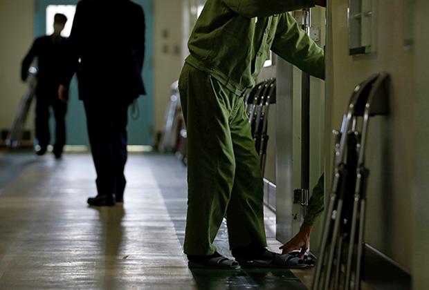 Престарелые заключенные возвращаются в камеры после упражнений