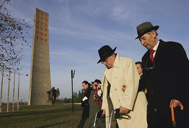 Возведенный в ГДР памятник жертвам концлагеря Заксенхаузен, с перевернутыми красными треугольниками