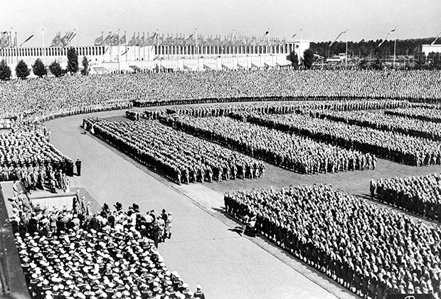 65 тысяч юношей и девушек на параде в честь съезда нацистской партии в 1936 году. Ныне на этом месте разбит парк